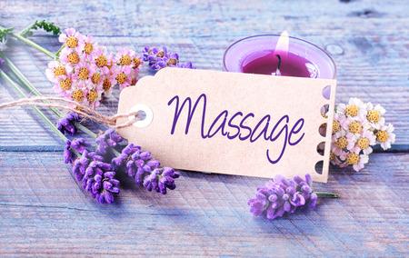 31202579-fond-spa-de-massage-à-la-lavande-fraîche-parfumée-et-des-fleurs-avec-une-bougie-allumée-aromathérapie-autour-d